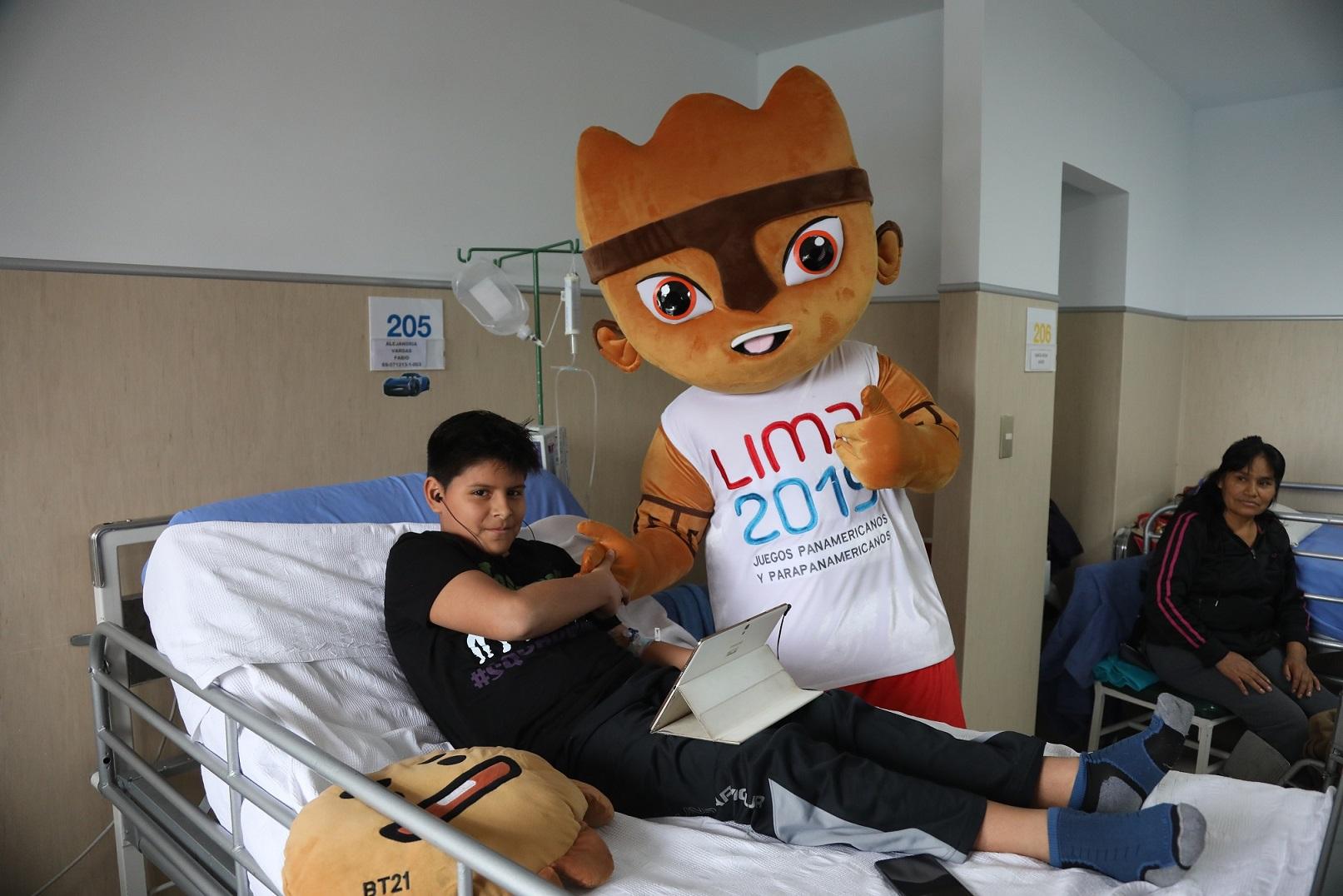 Milko visita a niños internados en hospital Rebagliati